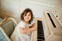 Обучаю игре на фортепиано и нотной грамо